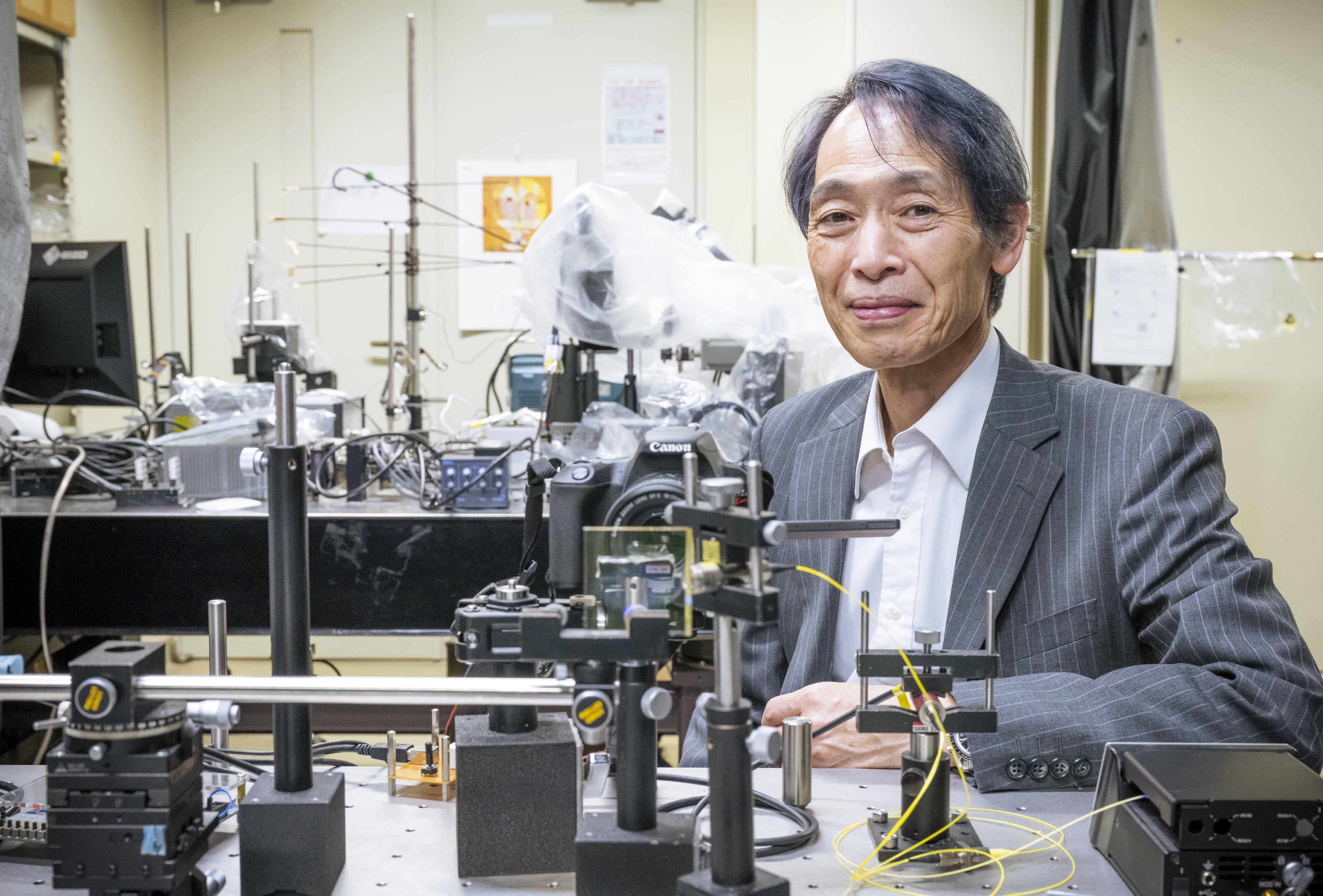 「ホログラフィック・コンタクトレンズディスプレイ」を開発した、東京農工大学大学院工学研究院先端電気電子部門教授の高木康博博士(工学)