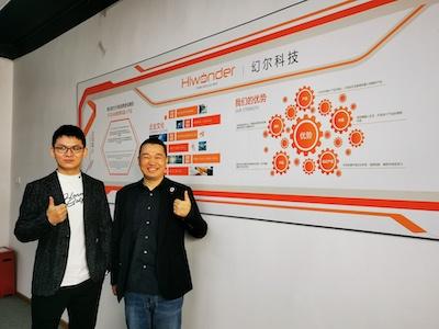 ロボット教育キットなどを販売しているHiWonder社を訪れた筆者(右)