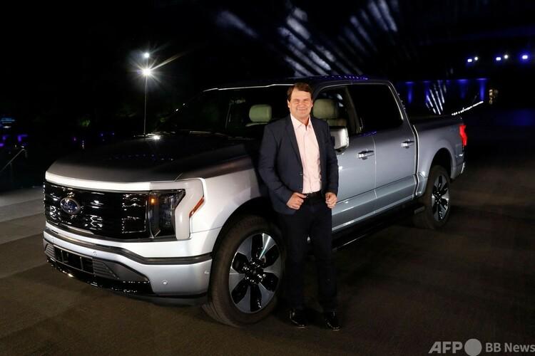 米ミシガン州ディアボーンで、人気ピックアップトラックの電気自動車(EV)版「F150ライトニング」を発表した米フォード・モーターのジム・ファーリー最高経営責任者(CEO、2021年5月19日撮影)。(c)JEFF KOWALSKY / AFP