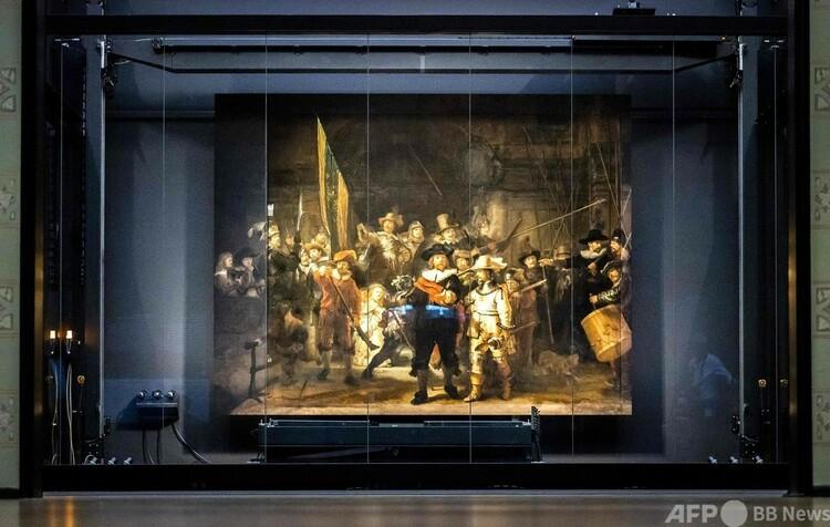 オランダ・アムステルダム国立美術館で欠損部分を復元された巨匠レンブラントの作品「夜警」(2021年6月22日撮影)。(c)Remko de Waal : ANP : AFP