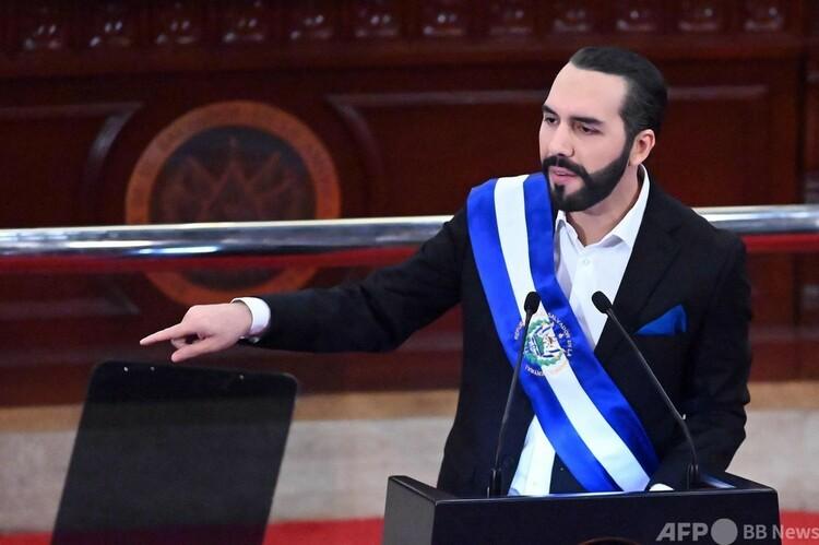 エルサルバドルの首都サンサルバドルの議会で、演説するナジブ・ブケレ・オルテス大統領(2021年6月1日撮影)。(c)MARVIN RECINOS : AFP