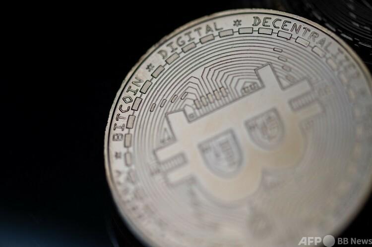 ビットコインのメダル(2021年4月26日撮影、資料写真)。(c) Martin BUREAU : AFP