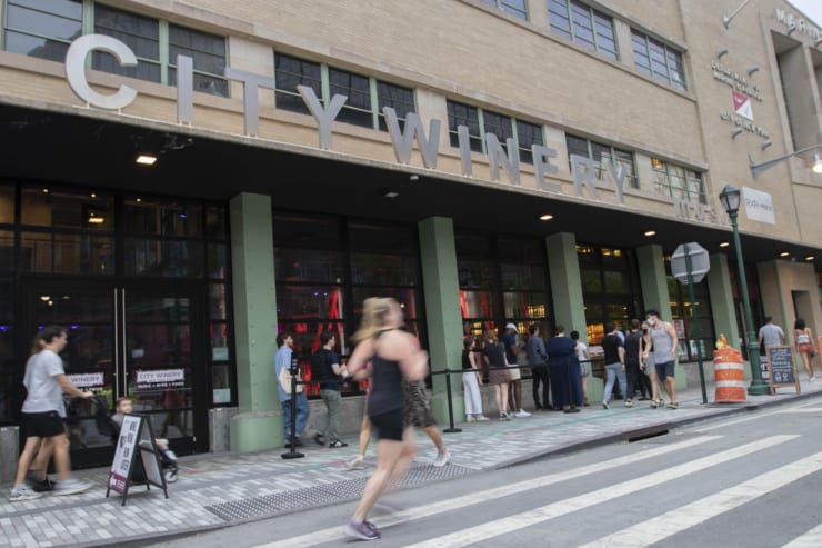 NY市内のレストランやバーには徐々に客が戻ってきている