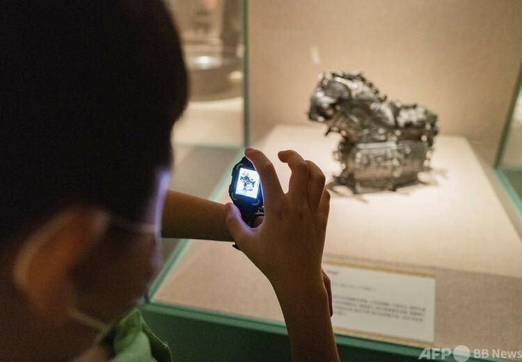 北京の国家博物館で文化財を自分のスマートウオッチで撮影する子ども(2020年8月18日撮影、資料写真)。(c)CNS:侯宇