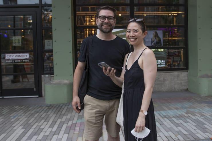シティー・ワイナリーを訪れたマギーさん(右)とアンドレイさん