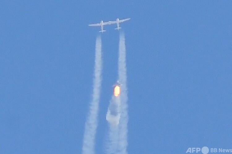 米ニューメキシコ州にある商業宇宙船発着基地、スペースポート・アメリカ上空で、母船から切り離された宇宙船「スペースシップ2」の2号機「ユニティ」(2021年7月11日撮影)。(c)Patrick T. FALLON / AFP