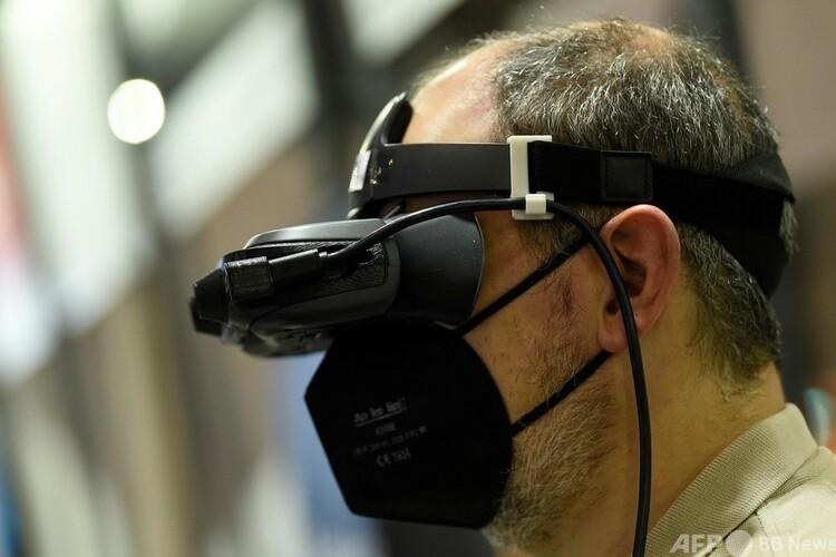 ビエル・グラスの弱視支援ヘッドセットを装着した人。スペイン・バルセロナで開催された通信業界の国際見本市「モバイル・ワールド・コングレス(MWC)」にて(2021年6月30日撮影)。(c)Josep LAGO / AFP