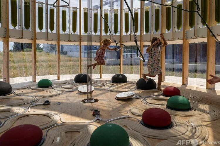 「エアバブル」内で遊ぶ子どもたち。ポーランド・ワルシャワで(2021年7月26日撮影)。(c)Wojtek RADWANSKI : AFP