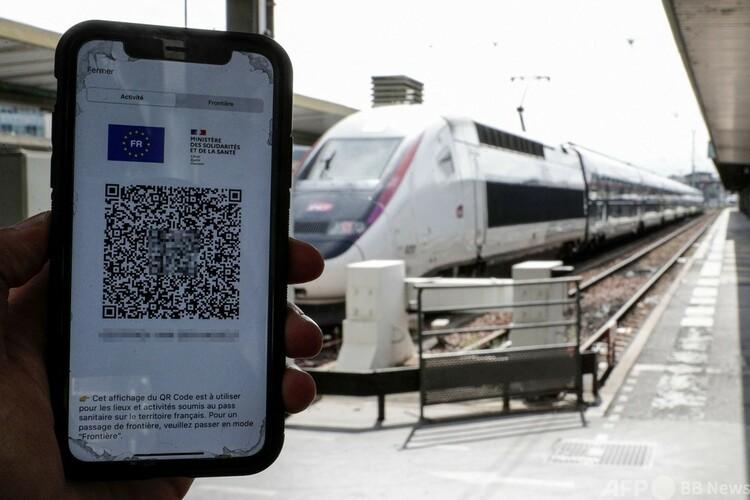 フランス首都パリのリヨン駅でスマートフォンに表示された衛生パスを見せる乗客(2021年8月9日撮影)。(c)GEOFFROY VAN DER HASSELT : AFP