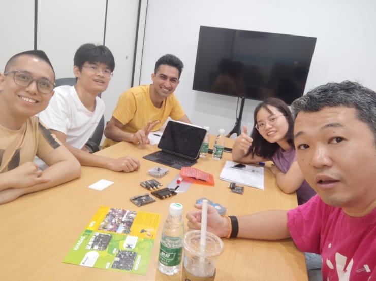 開発ボード企業Khadasで。奥のパキスタン人ファハドと手前のシンガポール人ヨジュンが海外マーケティングを担当