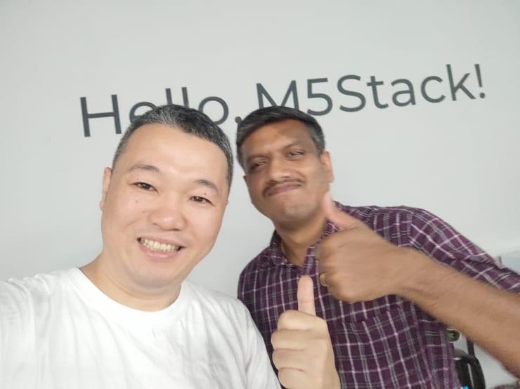 M5Stackに加入した組み込みエンジニアのナノ(写真右)と筆者(写真左)。以前は杭州で働いていたという。