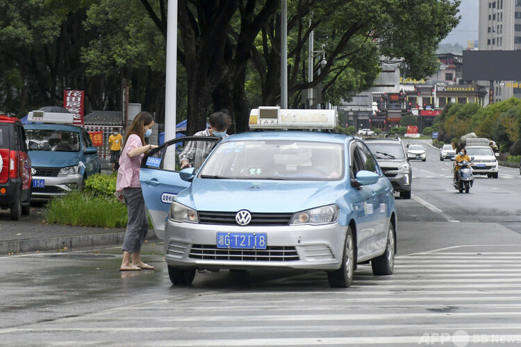 タクシーに乗る市民(2021年8月25日撮影、資料写真)。(c)CNS:楊華峰