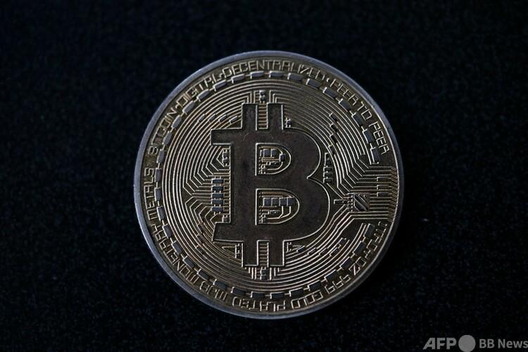 ビットコインのメダル(2021年9月17日撮影、資料写真)。(c)Yuri CORTEZ : AFP