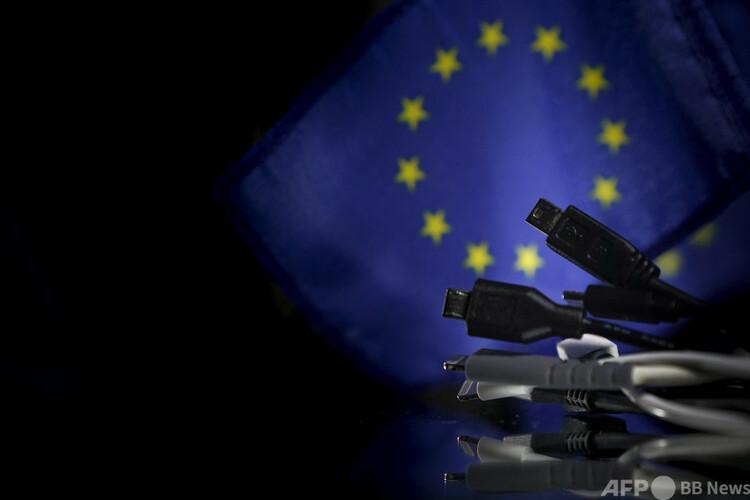 欧州旗の前に置かれたスマートフォン用の充電器(2020年2月6日撮影、資料写真)。(c)Kenzo TRIBOUILLARD : AFP