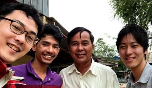 カンボジアにて葦苅氏(右端)と池田氏(左端) (エコロギー提供)
