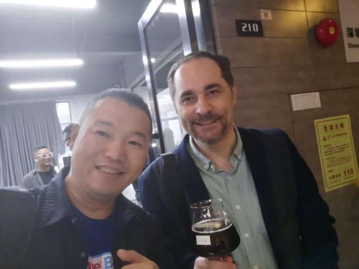 マレーシア人のJenxi(写真右 左は筆者)。JenxiはCheezflowというマーケティング・ビデオ制作などの会社を深センで起業した