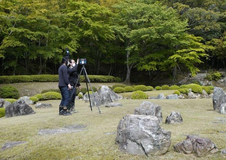 常栄寺庭園での3Dスキャン撮影の様子 津田和俊(YCAM、京都工芸繊維大学)、井上智博(京都工芸繊維大学 KYOTO Design Lab)
