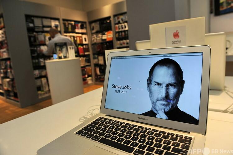 米アップルの創業者スティーブ・ジョブズ氏の死去を伝えるスクリーン表示。シンガポールで(2011年10月6日撮影)。(c)ROSLAN RAHMAN : AFP