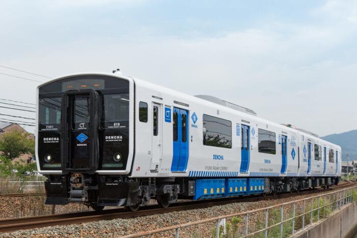 JR九州の実証対象路線を走るBEC819系架線式蓄電池電車(愛称「DENCHA」)
