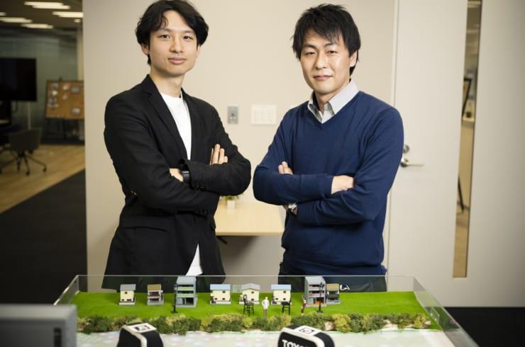 「量子コンピューターにより大規模信号機群を制御する最適化技術」の開発メンバーである豊田中央研究所・数理工学研究領域の吉田広顕博士(工学)(右)と井上大輔氏(左)