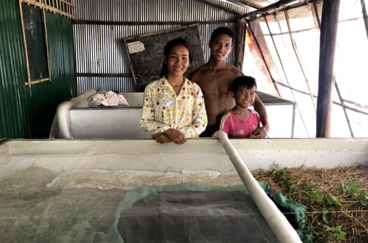 カンボジアの「コオロギ農家」のみなさん(写真はエコロギー提供)