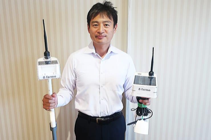 株式会社farmo代表取締役永井洋志氏 水位センサー(左)と育苗センサー